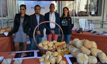 """Ciudad Real conmemora el Día Mundial del Pan con el reparto de mil """"Panes de Cruz"""""""