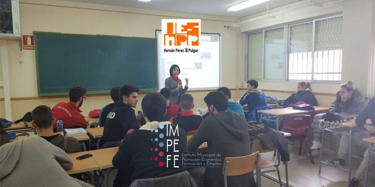 El IMPEFE imparte una conferencia sobre sus proyectos de empleo y formación en el Instituto Hernán Pérez del Pulgar