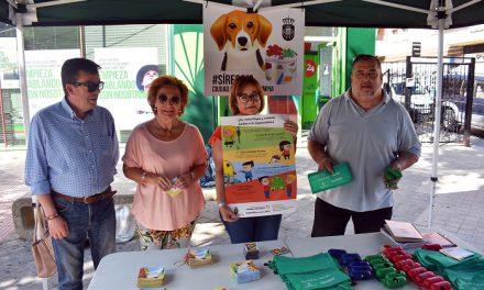 Limpieza lleva a los barrios una campaña informativa para sensibilizar sobre comportamientos cívicos en colaboración con el personal del Plan Garantía +55
